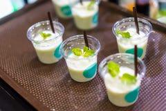 Образец напитка Smoothie для освежая концепции в прозрачном t Стоковое Фото
