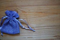 Образец открытки, мешок подарка голубики на деревянной предпосылке с свободным copyspace для приветствуя текста Стоковые Изображения