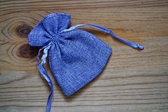 Образец открытки, мешок подарка голубики на деревянной предпосылке с свободным copyspace для приветствуя текста Стоковая Фотография