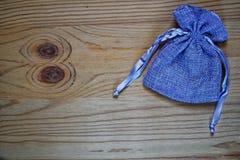 Образец открытки, мешок подарка голубики на деревянной предпосылке с свободным copyspace для приветствуя текста Стоковое Изображение RF