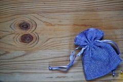 Образец открытки, мешок подарка голубики на деревянной предпосылке с свободным copyspace для приветствуя текста Стоковое фото RF