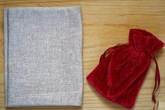 Образец открытки, мешок подарка гренадина на деревянной предпосылке с свободным copyspace для приветствуя текста Стоковое Изображение RF