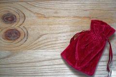 Образец открытки, мешок подарка гренадина на деревянной предпосылке с свободным copyspace для приветствуя текста Стоковые Фотографии RF