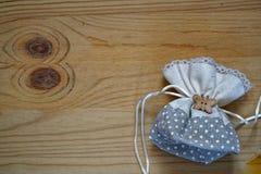Образец открытки, мешок подарка на деревянной предпосылке с свободным copyspace для приветствуя текста Стоковое Изображение RF