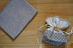 Образец открытки, мешок подарка на деревянной предпосылке с свободным copyspace для приветствуя текста Стоковые Фотографии RF