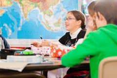 Образование - зрачки на школе делая их домашнюю работу Стоковое Изображение