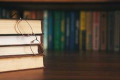 Образование и концепция книг - куча книг и стекел Стоковое Изображение RF