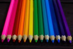 Образование и концепция творческих способностей: покрашенные карандаши на деревянной предпосылке стоковые изображения rf