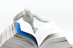Образование: Книга чтения робота модельная Отображайте польза для новой технологии выучить, концепция образования Стоковое фото RF
