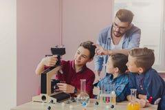 Образование СТЕРЖНЯ белизна лаборатории предпосылки химическим изолированная экспериментом Стоковая Фотография RF