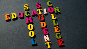 Образование слов, школа, студент, коллеж построенный красочных деревянных писем на темной таблице Стоковое фото RF