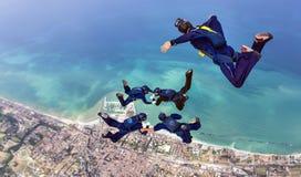 Образование Skydiving с videoman над морем Стоковая Фотография RF