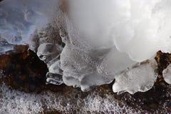 Образования льда около реки Текстура в природе стоковое фото rf