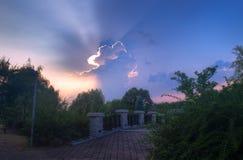 Образования облака и каменный мост на заходе солнца Стоковые Фотографии RF