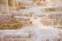 Образования травертина на Mammoth Hot Springs в национальном парке Йеллоустона Стоковые Фото