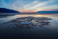 Образования льда на поверхности воды на восходе солнца Стоковые Изображения