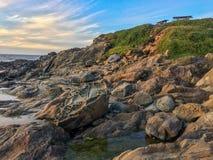 Образования Tafoni на пляже положения полости фасоли Стоковое фото RF