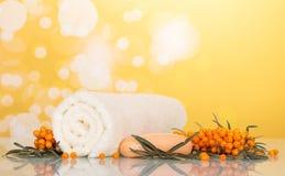 Образовывает крушину, полотенце и мыло моря на желтом конспекте предпосылки Стоковая Фотография