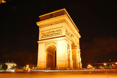 Образовывает дугу Triomphe на ноче Стоковая Фотография