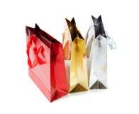 Образуйте красочные бумажные сумки для подарков изолированных на белизне Стоковые Изображения