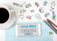 образуйте переговоры принципиальной схемы связи имея social людей средств Мобильный телефон и кофейная чашка на белом столе офиса Стоковая Фотография