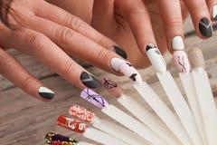 Образцы дизайна искусства ногтей и женские руки Стоковое Изображение
