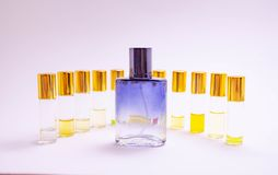 Образцы духов на белой предпосылке Красивый состав с образцами духов на светлом тестере ролика backgroundPerfume стоковое фото rf