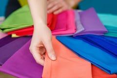 Образцы красочной ткани в руках Стоковые Фото