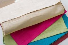 Образцы красочных внутренних тканей Книга тканей для занавесов, драпирование стоковое фото rf