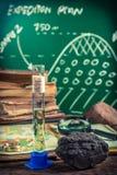 Образцы масла и угля рассмотрения на уроке землеведения Стоковые Фото