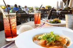 Образ жизни в таблице ресторана или бара с плитой для людей говорит Стоковые Изображения RF