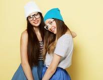 Образ жизни и концепция людей: 2 друз маленькой девочки стоя к Стоковое Фото