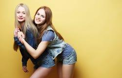Образ жизни и концепция людей: 2 друз маленькой девочки стоя к Стоковое Изображение