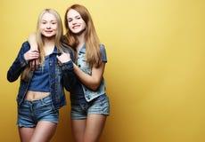 Образ жизни и концепция людей: 2 друз маленькой девочки стоя совместно и имея потеху смотреть камеру Стоковое фото RF