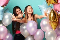 Образ жизни и концепция людей: 2 подруги с воздушными шарами colorfoul - молодыми и счастливыми Стоковые Изображения