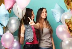 Образ жизни и концепция людей: 2 подруги с воздушными шарами colorfoul - молодыми и счастливыми Стоковое фото RF