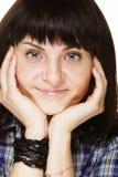 Образ жизни и концепция людей: портрет усмехаясь женщины брюнет стоковая фотография