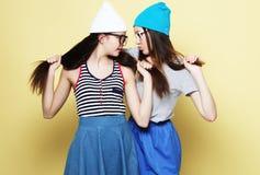 Образ жизни и концепция людей: 2 подруги стоя совместно Стоковые Изображения
