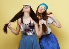 Образ жизни и концепция людей: 2 друз маленькой девочки стоя к Стоковые Изображения RF