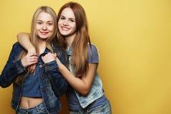 Образ жизни и концепция людей: 2 друз маленькой девочки стоя к Стоковое фото RF