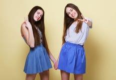 Образ жизни и концепция людей: 2 друз маленькой девочки стоя к Стоковая Фотография RF