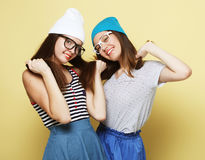 Образ жизни и концепция людей: 2 друз маленькой девочки стоя к Стоковые Фотографии RF