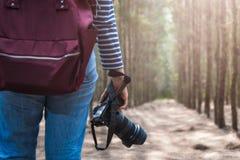 Образ жизни молодой женщины используя taki перемещения фотографа камеры DSLR Стоковое Фото