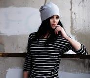 Образ жизни, мода и концепция людей: красивая женщина нося c Стоковое Изображение RF