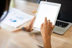 Образ жизни при современная женщина используя таблетку или Ipad при рука держа сенсорный экран Руки работницы с умной таблеткой стоковые изображения
