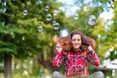 Образ жизни пузыря красивой молодой женщины дуя внешний счастливый Стоковая Фотография RF
