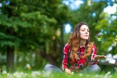 Образ жизни пузыря красивой молодой женщины дуя внешний счастливый Стоковые Изображения RF
