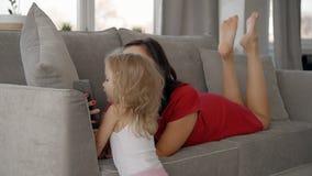 Образ жизни снятый времени семьи, девушки бежать до матери в жить-комнате акции видеоматериалы