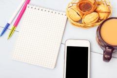 Образ жизни стола деревенский Блокнот, чай или кофе, smartphone и печенья на таблице Шаблон для космоса экземпляра Стоковые Изображения RF