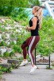 Образ жизни фитнеса Молодая женщина делает скачки с изменяя ногами r   стоковое фото rf